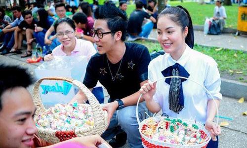 Nhiều nghệ sĩ tham gia bán kẹo que hạnh phúc để quyên góp từ thiện