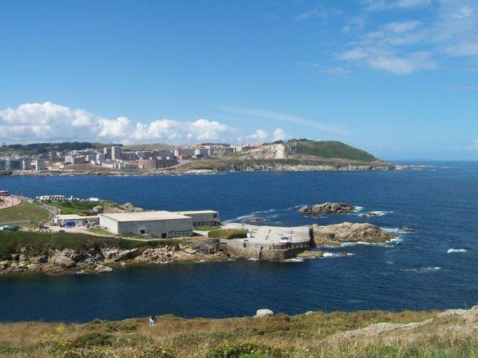 """<p class=""""Normal""""> Ortega và vợ sống trong một căn hộ tại La Coruña (Tây Ban Nha), gần một cảng biển lớn bên bờ Đại Tây Dương.</p>"""