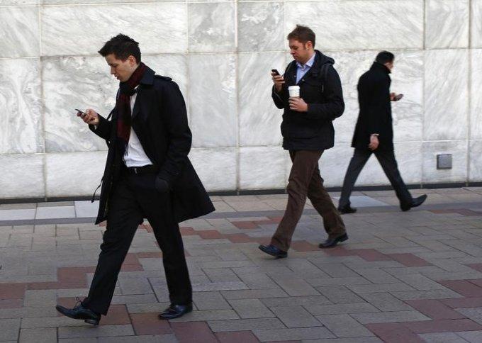 """<p class=""""Normal""""> Anh cần kiểm tra liệu bạn mình – Bob có lưu đúng số điện thoại của anh hay không, nhưng không thể hỏi trực tiếp. Anh phải viết câu hỏi ra một tấm thiệp và đưa cho Eve. Eve sau đó sẽ chuyển cho Bob, chờ câu trả lời và chuyển lại cho anh. Anh phải viết gì trên tấm thiệp, để đảm bảo Bob có thể mã hóa lời nhắn, mà Eve không đọc được số của anh?</p>"""