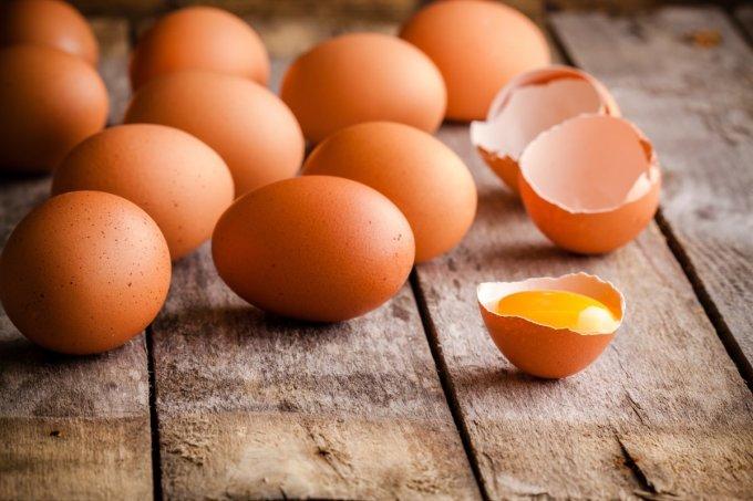 <p> Anh có 2 quả trứng và được quyền lên một tòa nhà 100 tầng. Những quả trứng có thể rất cứng, hoặc rất dễ vỡ. Tức là chúng có thể vỡ ngay khi rơi từ tầng 1, nhưng cũng có thể không vỡ khi rơi từ tầng 100. Tuy nhiên, chúng lại giống hệt nhau. Anh cần tìm ra tầng cao nhất của một tòa nhà 100 tầng nào đó mà đánh rơi trứng không bị vỡ. Câu hỏi là anh cần bao nhiêu lần thả rơi? Biết rằng anh chỉ được làm vỡ 2 quả.</p>