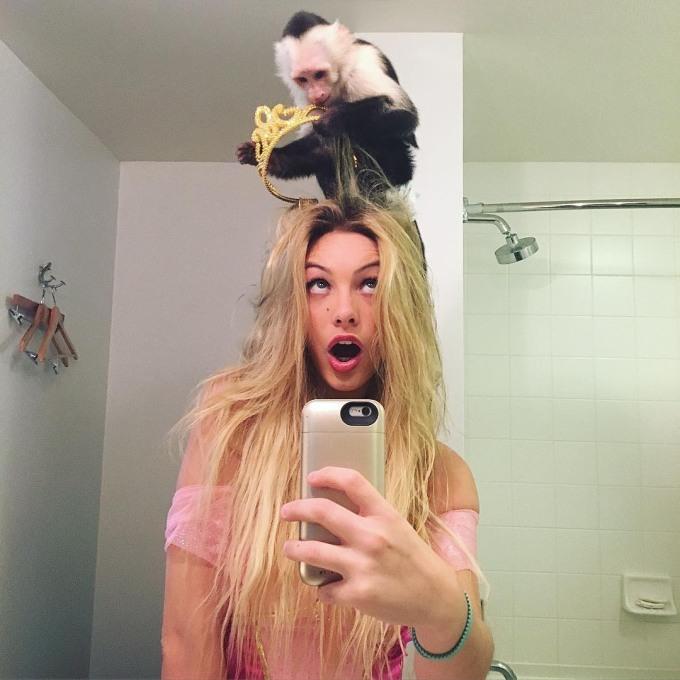 <p> Cô hiện là một người mẫu, diễn viên và diễn viên hài cho các video được phát trênVine và YouTube.Pons cùng gia đình chuyển đến sống tại Miami (Florida, Mỹ) lúc năm tuổi. Thời điểm tốt nghiệp trung học năm 2015, cô đã bắt đầu nổi tiếng trên Vine.</p>