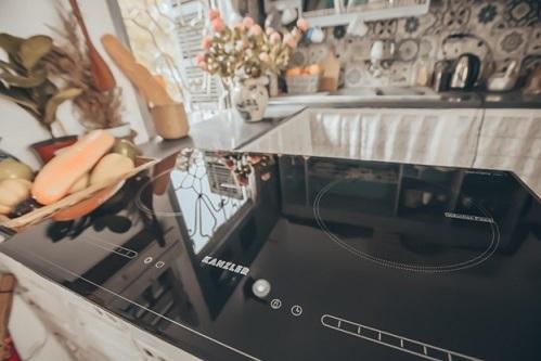 Mặt kính của bếp chống trầy xước hoặc sùi, truyền nhiệt định hướng bằng 0.