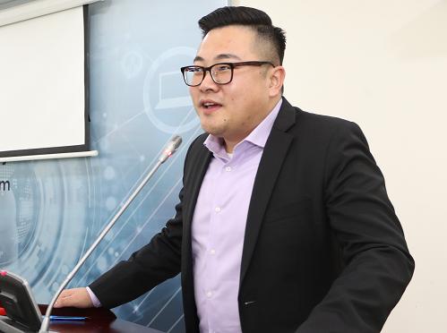Ông Tony Yin - Giám đốc phát triển kinh doanh quốc tế từ Alibaba.com chia sẻ quyền lợi khi tham gia bán hàng trên trang thương mại điện tử lớn nhất thế giới.