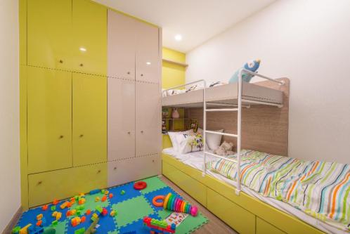 Phòng ngủ cho trẻ nhỏ được bố trí khoa học, đảm bảo sự thoải mái và thông thoáng với nhiều sắc màu rực rỡ.