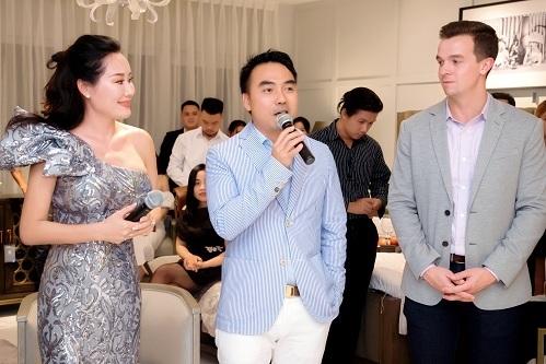 MC Nguyệt Ánh - Giám đốc thương hiệu CDC Home Design Center và ông Phạm Cao Đông, TGĐ CDC Home Design Center, phát biểu tại sự kiện cùng ông Hunter Childress - Giám đốc kinh doanh toàn cầu ART Furniture.
