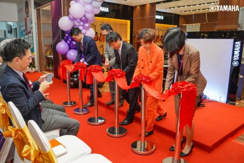 Đại diện Yamaha Music Việt Nam cùng các khách mời cắt băng khai trương cửa hàng.