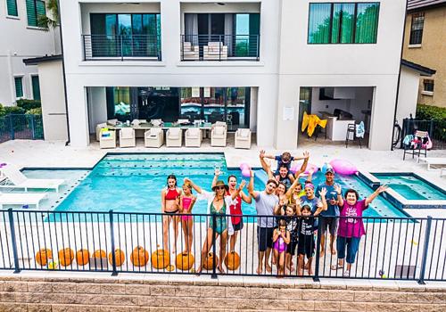Một nhóm gia đình đa thế hệ nghỉ dưỡng tại villa.
