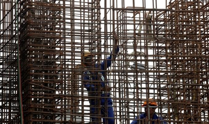 Công nhân làm việc tại dự án đường sắt trên cao. Ảnh: Reuters