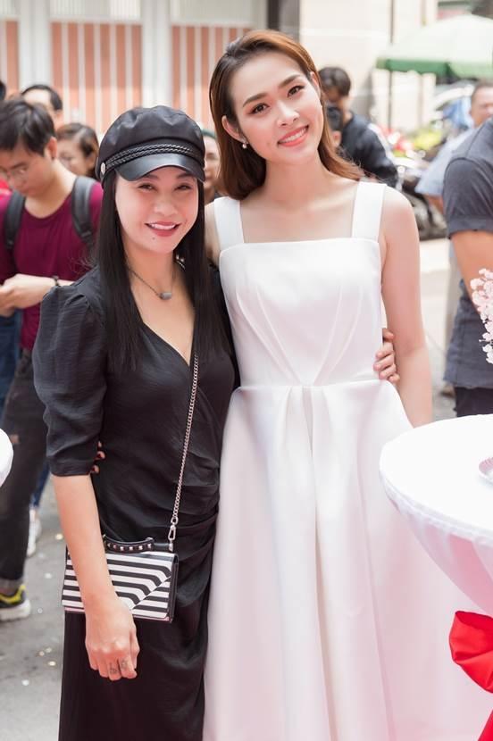 Nữ diễn viên Cát Phượng cũng đến dự lễ khai trương.