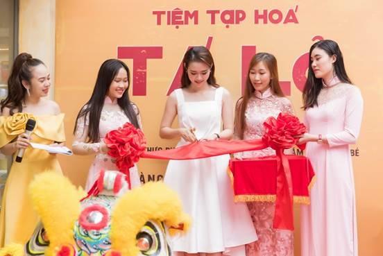 Diệp Bảo Ngọc (giữa) cắt băng khánh thành Tala Minimart