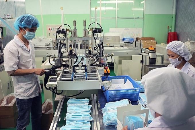 Dây chuyền sản xuất tự động và đội ngũ công nhân viên tại Đà Nẵng làm việc suốt ba ca, góp phần chống dịch corona. Ảnh: Lê Thủy.