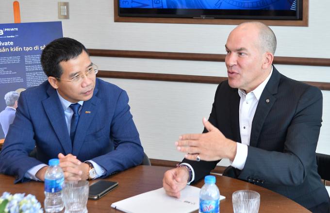 Ông Lưu Trung Thái - Phó Chủ tịch HĐQT, Tổng Giám đốc MB và ông Evrard Bordier, Giám đốc điều hành và Quản lý của Bordier & Cie Singapore trao đổi về dịch vụ Private Banking tại sự kiện ra mắt hôm 25/2.