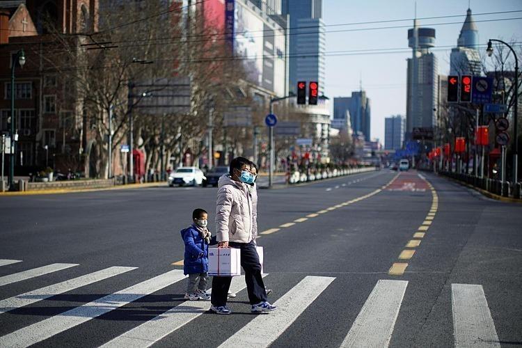 Người dân đeo khẩu trang tại một khu vực trung tâm mua sắm tại Thượng Hải, Trung Quốc.Ảnh: Reuters
