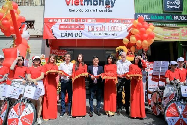 Đại diện công ty cắt bang khai trương chi nhánh mới tại quận Phú Nhuận, TP HCM.