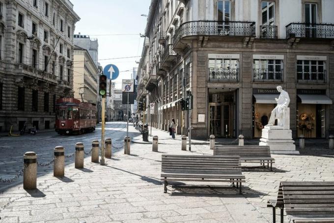 Một góc phố vắng vẻ tại Milan (Italy) vì đại dịch. Ảnh: NYT