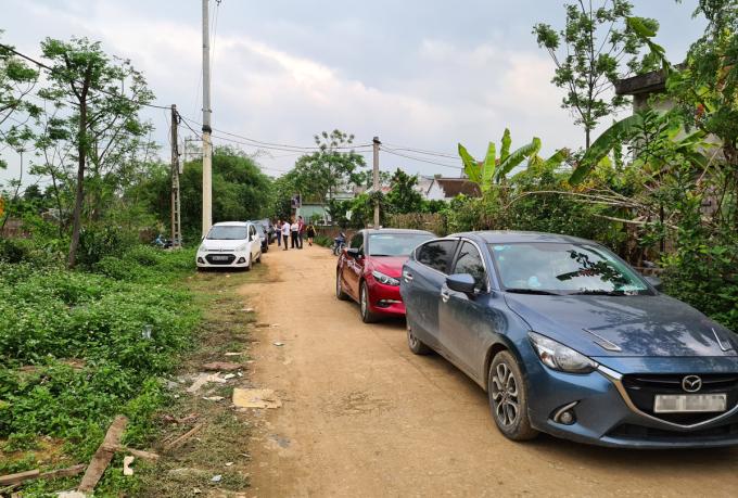 Nhiều nhà đầu tư đi ôtô đổ về khu vực Quan Giai, xã Đồng Trúc, Thạch Thất (Hà Nội) để tìm hiểu mua đất. Ảnh: Hoàng Thắng.