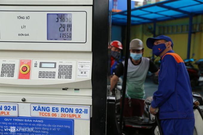 Giá xăng đã được các cửa hàng điều chỉnh về 11.950 đồng một lít từ 15h hôm nay (29/3). Ảnh: Thái Anh.