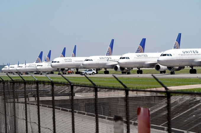 Máy bay United Airlines đỗ tại George Bush Intercontinental Airport ở Houston ngày 25/3. Ảnh: AP