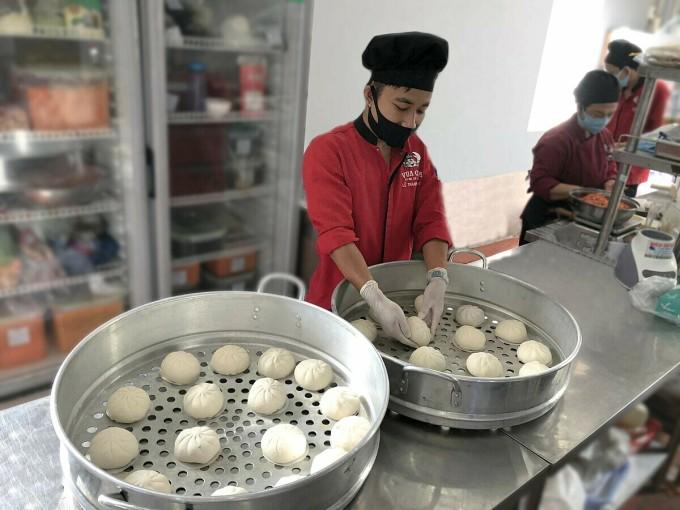 Bánh bao được xếp vào xửng hấp ở trong bếp của Vua Cua. Ảnh: Nguyên Nguyễn