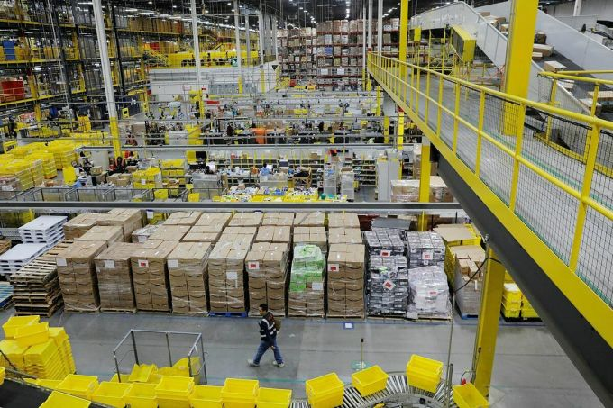 Bên trong một trung tâm xử lý đơn hàng của Amazon tại New Jersey. Ảnh: Reuters