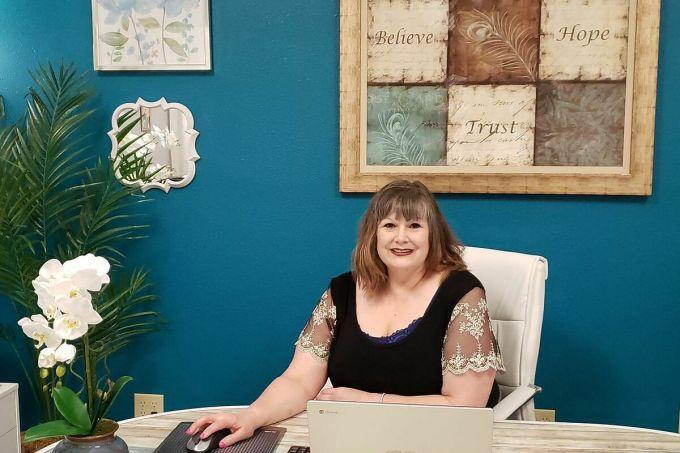 Ginette Zuras-Hummel muốn làm việc cho Amazon để có tiền duy trì công ty. Ảnh: WSJ