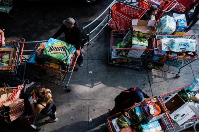 Xe đẩy hàng nhu yếu phẩm của khách đến mua tạiEast River Plaza ở Manhattan, New York ngày 20/3. Ảnh: NYT