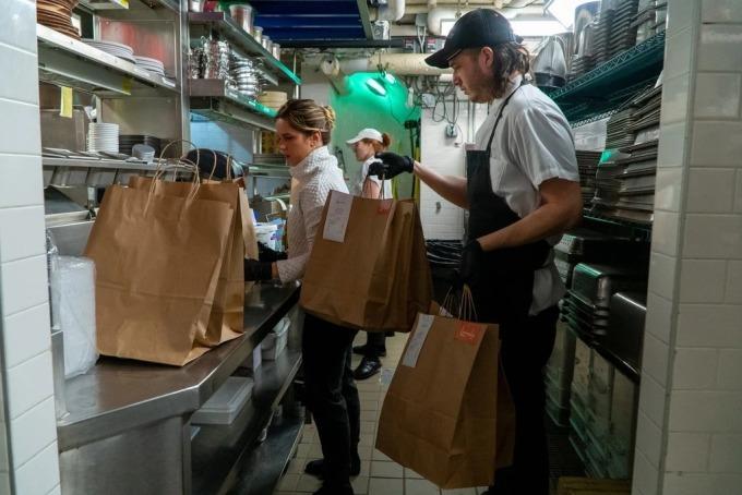 Nhà bếp của nhà hàngLamaLo, tại Manhattan chuẩn bị các phần thức ăn bán mang đi. Ảnh: NYT