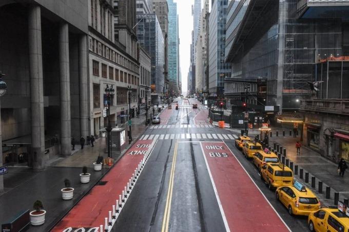 Đường phố New York vắng lặng với taxi dỗ hàng dài chờ khách. Ảnh: NYT