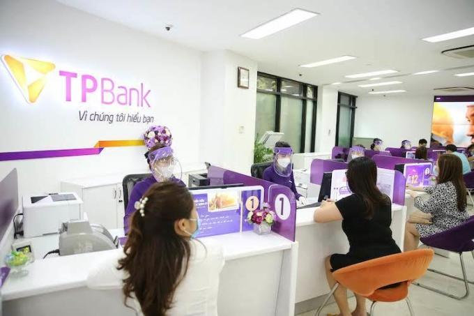 Khách hàng tới giao dịch tại TPBank tuân thủ đúng yêu cầu đeo khẩu trang, đo thân nhiệt...