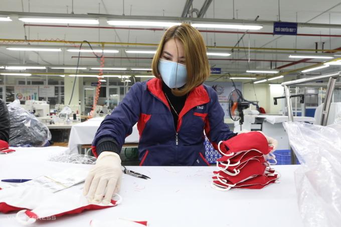 Công nhân sản xuất khẩu trang tại Công ty cổ phần Đầu tư và thương mại TNG. Ảnh: Ngọc Thành