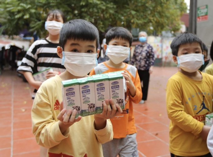 Vinamilk tặng 1,7 triệu ly sữa cho trẻ kém may mắn trong Covid-19