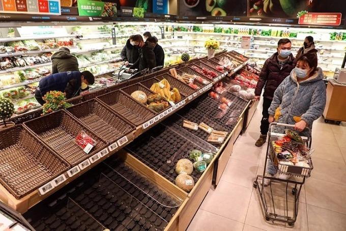 Siêu thị Trung Quốc hết rau củ quả sớm trong ngày. Ảnh: AFP.