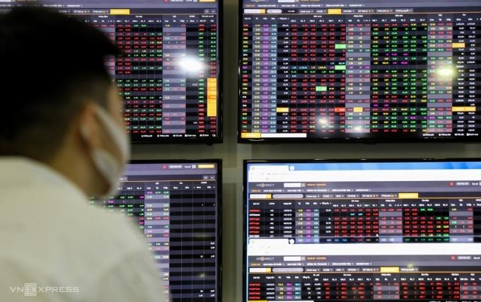 Nhà đầu tư giao dịch tại một sàn chứng khoán ở TP HCM. Ảnh: Như Quỳnh.