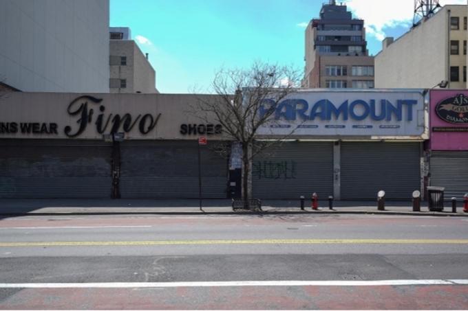 Hành quán đóng cửa trên một con phố tại thành phố New York. Ảnh: Reuters