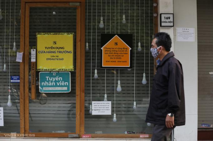 Loạt cửa hàng kinh doanh trên phố Chùa Bộc (Hà Nôj) phải tạm đóng cửa vì Covid-19. Ảnh: Ngọc Thành