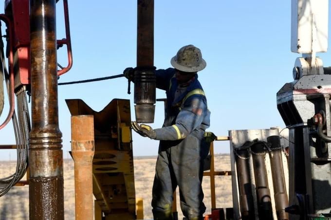 Công nhân tại một cơ sở khai thác dầu ở Texas (Mỹ). Ảnh: i