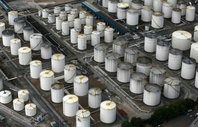 Các bể chứa dầu của Vopak tại một trung tâm ở Grays, Anh.Ảnh: Bloomberg.