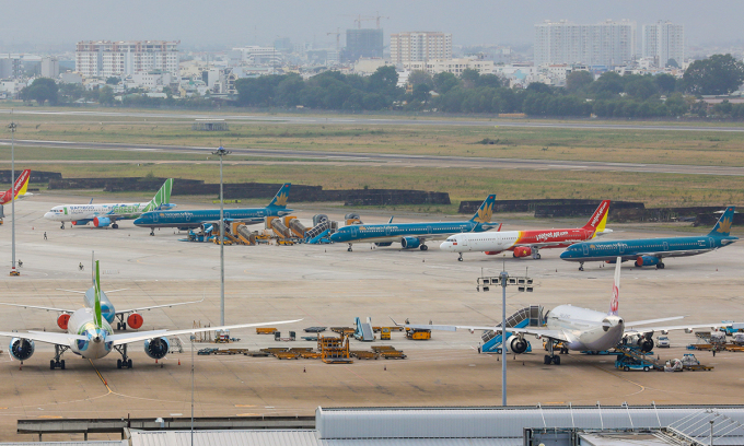 Máy bay của các hãng đỗ tại Tân Sơn Nhất trong thời gian bị hạn chế bay. Ảnh: Quỳnh Trần