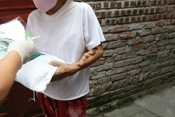 Khóa Huy Hoàng tặng quà cho bệnh nhân nghèo xóm chạy thận