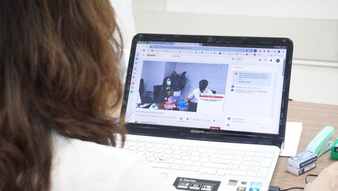 Cổ đông theo dõi cuộc họp Đại hội đồng cổ đông thường niên 2020 qua kênh trực tuyến. Ảnh: Minh Bảo