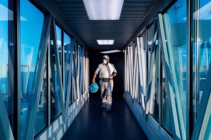 Một hành khách tại Sân bay Quốc tế Tocuman, Panama City, ngày 28/2. Ảnh: Bloomberg