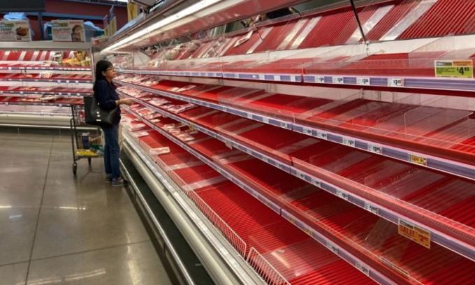 Quầy thịt trống rỗng trong một siêu thị ởAustin, Texas hồi giữa tháng 3. Ảnh: Reuters