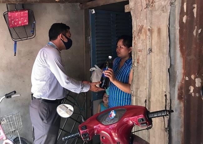 Một người dân nhận quà tặng từ chương trình Triệu bữa cơm củaSuntory PepsiCo Việt Nam.
