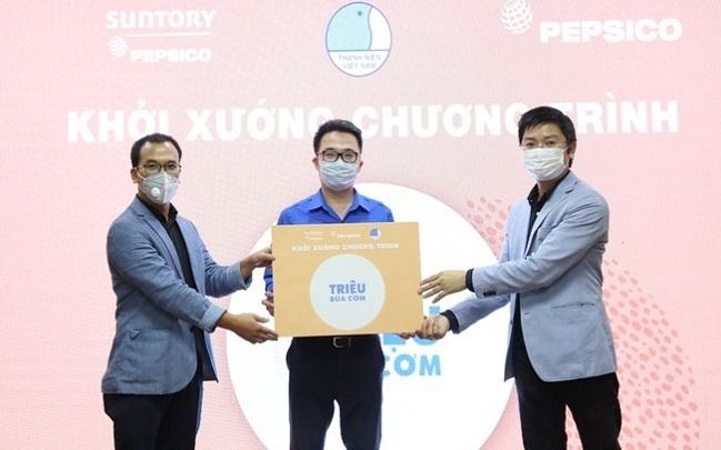 Anh Bùi Hồng Minh, Trưởng phòng đối ngoại Suntory PepsiCo Việt Nam(ngoài cùng bên trái) và đại diện Trung ương Hội Liên hiệp thanh niên Việt Nam trong buổi khởi xướng chương trình Triệu bữa cơm