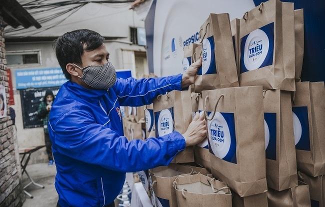 Phần thực phẩm bao gồm gạo, rau, thịt và một số nhu yếu phẩm khác được hỗ trợ 3 ngày một lần cho người dân xóm chạy thận tại phố Lê Thanh Nghị, Hà Nội.