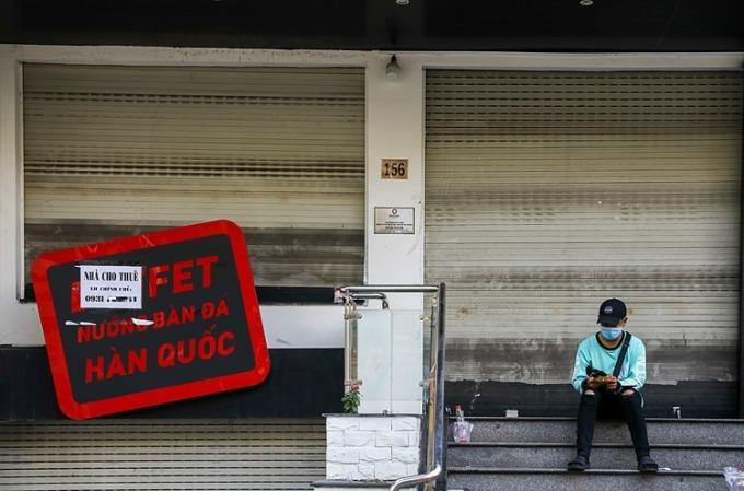 Một mặt bằng kinh doanh rao cho thuêtrên đường Phan Xích Long đóng cửa ngày 5/3.Ảnh: Quỳnh Trần