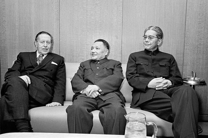 Ông Đặng Tiểu Bình (giữa) trong chuyến thăm Liên hợp quốc năm 1974. Ảnh: U.N