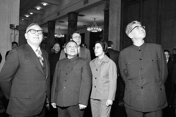 ÔngHenry Kissinger (ngoài cùng bên trái) đứng cạnh ông Đặng Tiểu Bình năm 1974. Ảnh: AP