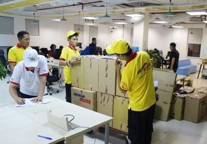 Nhân viên công ty đóng thùng đồ trước khi vận chuyển cho khách hàng.