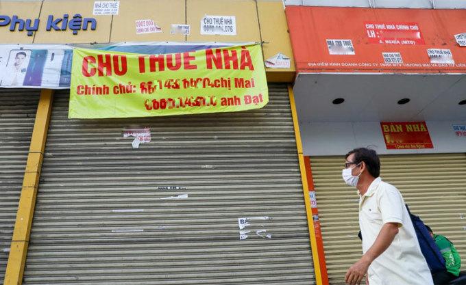 Mặt bằng kinh doanh TP HCM đóng cửa rao cho thuê đầu tháng 3/2020. Ảnh: Quỳnh Trần